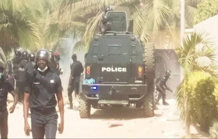 Cité Keur Gorgui La police disperse la foule devant chez Ousmane Sonko à coups de lacrymogènes, plusieurs arrestations et des blessés...