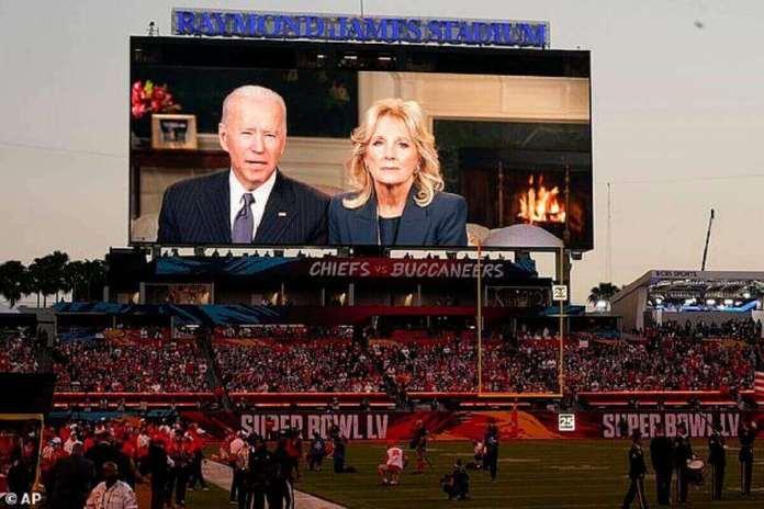 Dimanche, la Première Dame Biden est également apparue avec le nouveau président dans un message télévisé diffusé juste avant le Super Bowl.