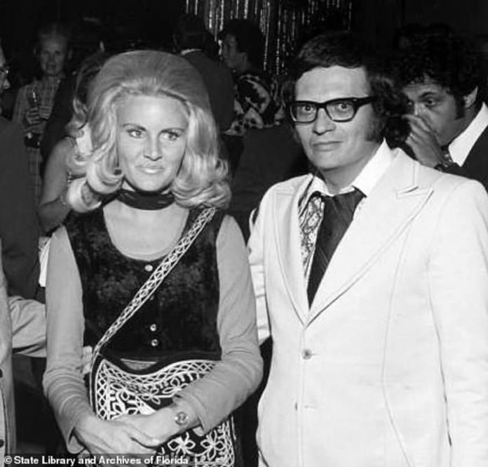 Larry King (à droite) se tient avec Playboy Bunny Alene Akins