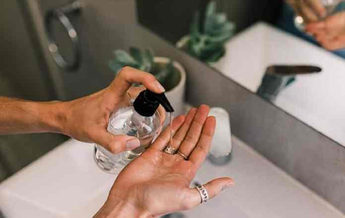 La seule différence est que quand je rentre à la maison, bien que je me lave les mains, je le fais moins religieusement qu'avant et sans chanter deux fois « Happy Birthday To You ». Je ne prends certainement pas la peine d'essuyer mes achats