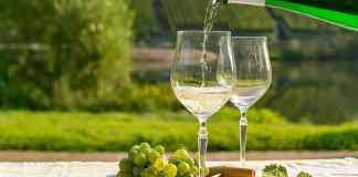 Les femmes buvant la boisson quotidienne étaient près de 20% moins susceptibles que les abstinents de connaître une ménopause précoce, ont découvert des chercheurs (photo d'archives)