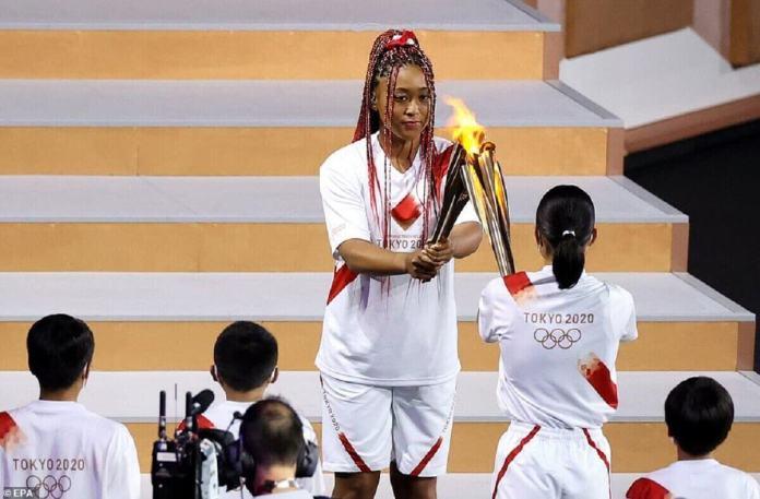 Naomi Osaka allume sa torche avant de courir vers le chaudron pour lancer les Jeux olympiques de Tokyo après un an de retard