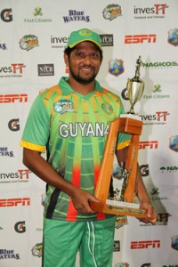 Ramnaresh Sarwan with his man-of-the-match trophy Friday. (WICB)