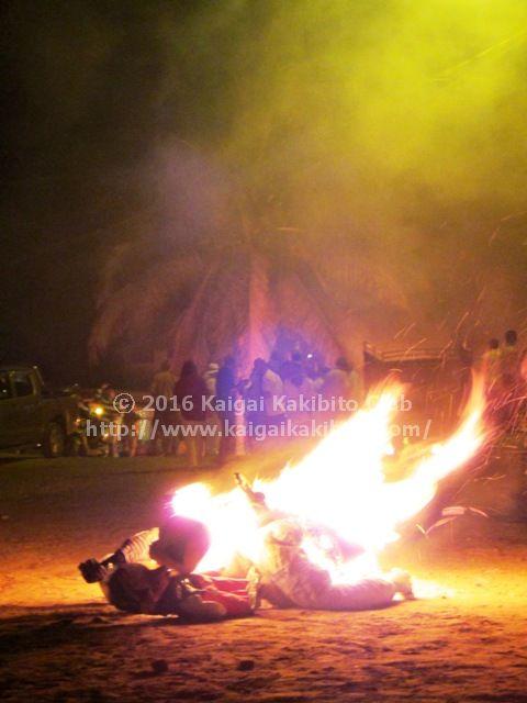 エクアドルの新年の光景。人形を燃やす