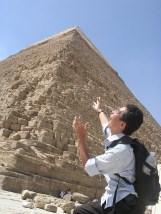 エジプト、ギザのピラミッドの前で