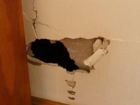 洪水で壁に空いた穴