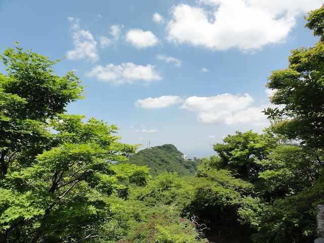 筑波山男体山山頂神社から臨む女体山