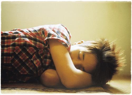 若い男性の寝姿