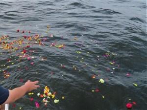 海洋散骨と献花