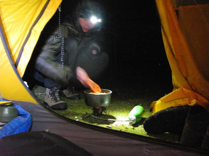 Matlagning i tältöppningen
