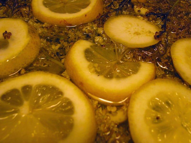 Fläderblommor och citroner i grytan
