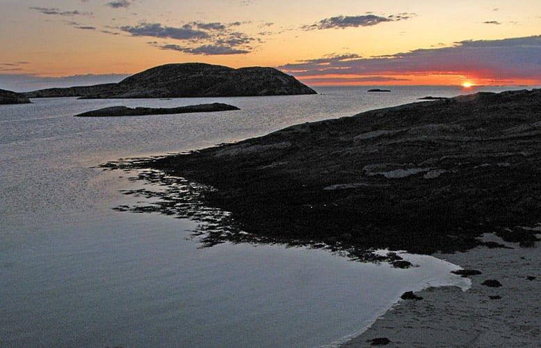Solen dippar ner under horisonten, här är klockan 23.46. Nästan dagsljus dygnet runt, super!