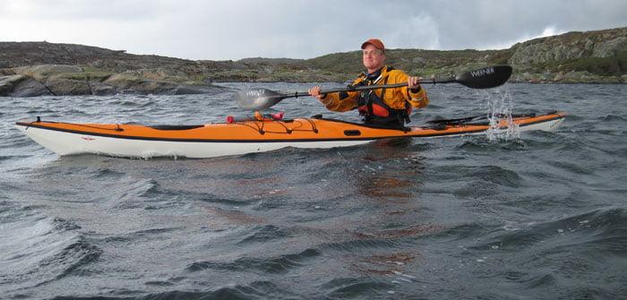 Erik på väg mot Hermanö och Vallerö i human vind