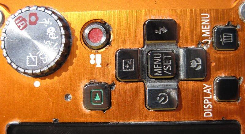 Hål här och där runt knapparna...