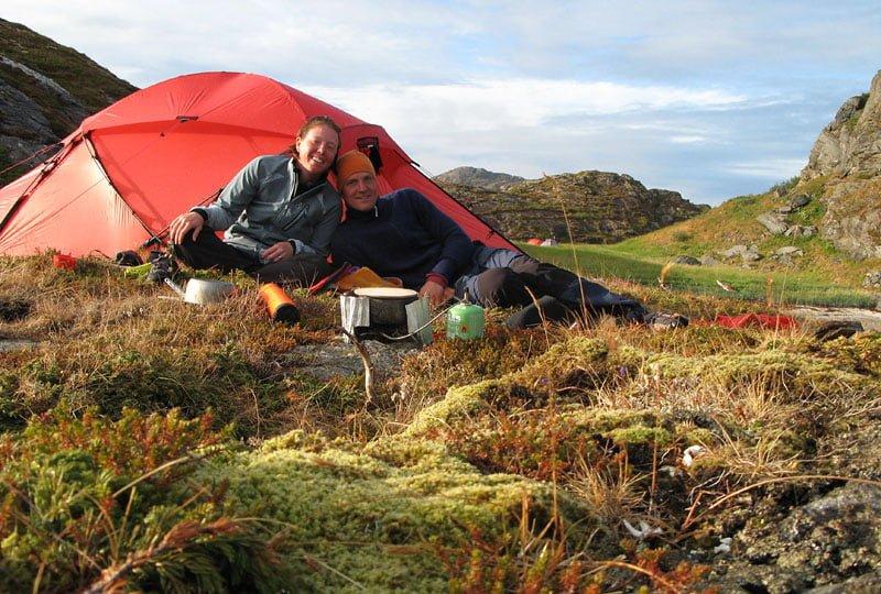 Efter en regnig dag blev det en superfin kväll. Vi tog den finfina tältplatsen på udden, de andra ville hellre se gräs än vy ;-)