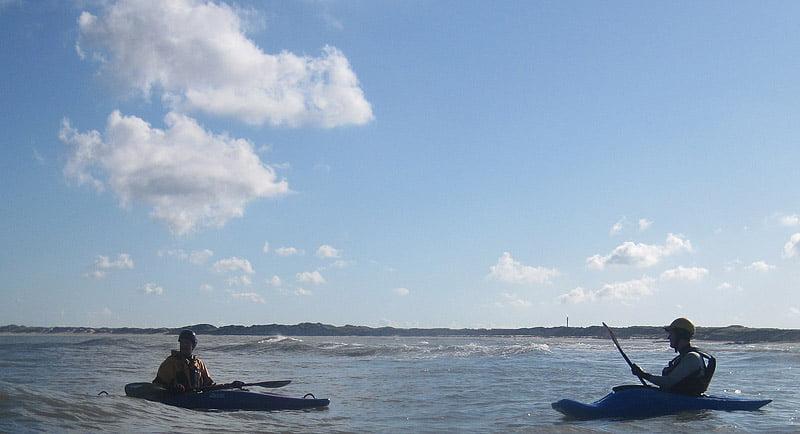 Johan och Erik väntar på vågorna