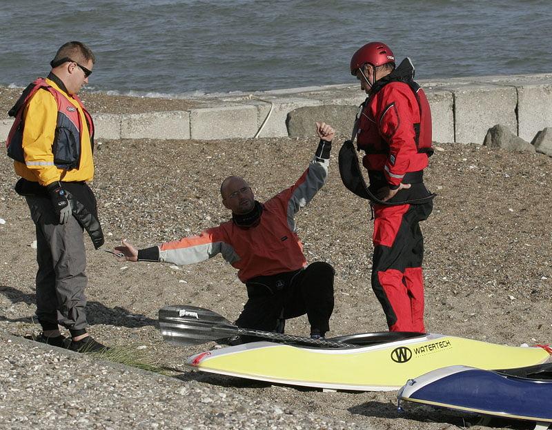 Leif håller kurs i surfkajak på land...