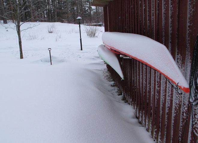 Några kajaker får ligga ute och börjar få snyggt litet snötäcke på sig