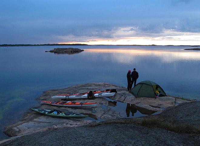 Kvällsvy från finfin tältplats nära vattnet och med gångavstånd till Harstena by