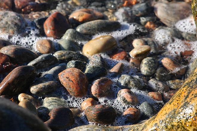 Valös sydsida rymmer många stenar
