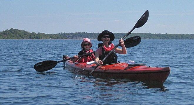 Matilda som styrman och Paula som motor och talesman för vart de ska paddla, då Matilda inte ser någor bakom Paula... ;)