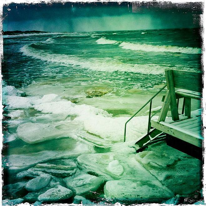 Ute vid Vejbystrand idag. Issörja och lite isflask och en del vågor. Kändes inte jättelockande att paddla
