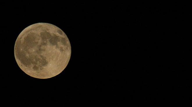 Måne lyser klart så här i vinternatten
