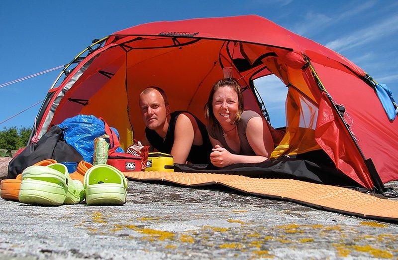 Erik & Pia Sjöstedt utövar klipphäng på solig klippa.
