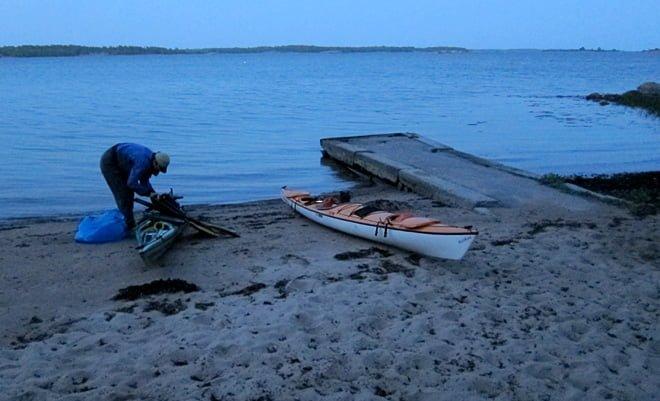 Kajakpackning i Kuggeboda i fint blått kvällsljus