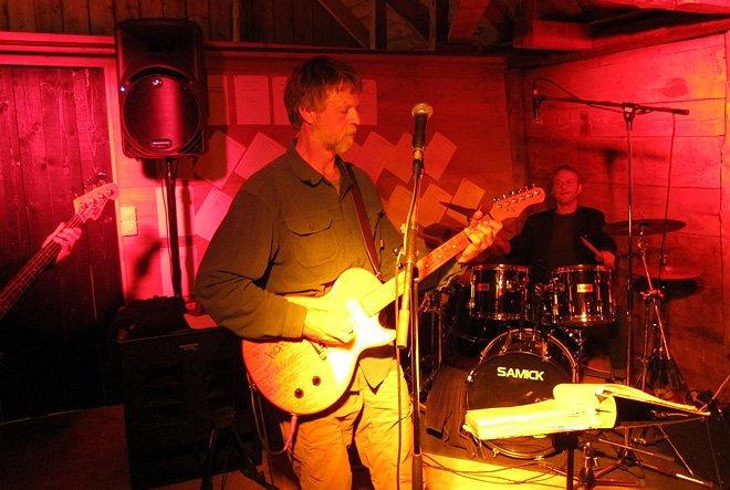 Nigel Foster greppade också gitarren