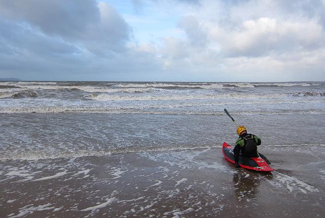 Leif laddar för att slita sig ut genom vågorna