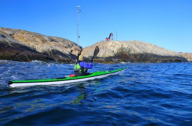 Pia med lotsutkiken på Väderöarna i bakgrunden