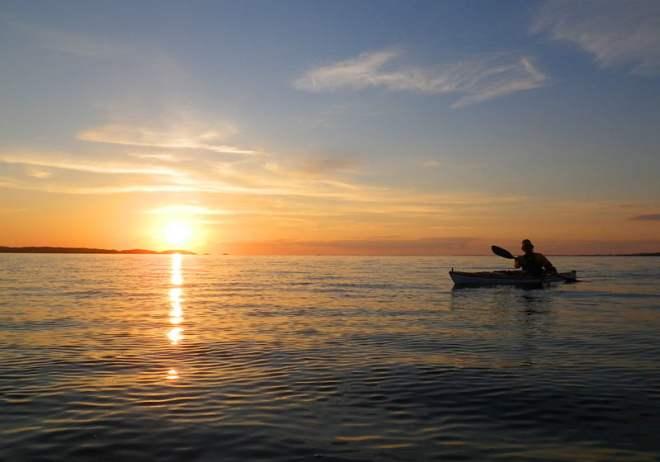 Över Kosterfjorden precis när solen närmar sig horisonten