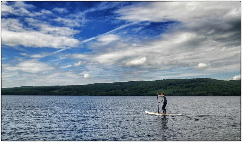 SUP på Västersjön. Blå himmel och sol då och då i alla fall