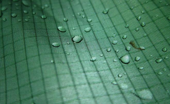 Ett par regndroppar på tältduken