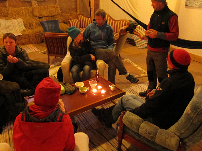 Grymt bra lounge med soffor, hängmattor, fåtöljer och bildutställning! Perfekt! :)
