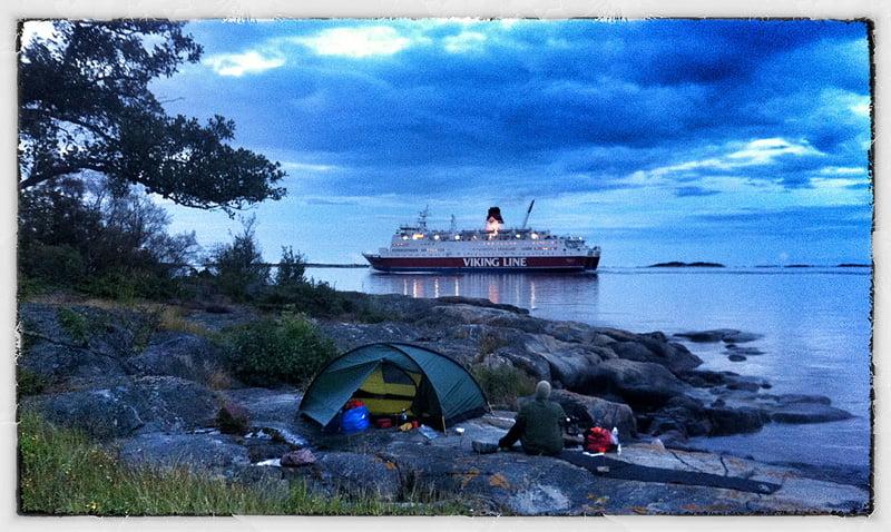 Sista natten försökte vi hitta tältplats nära farleden och lyckades ganska bra. Mysigt!