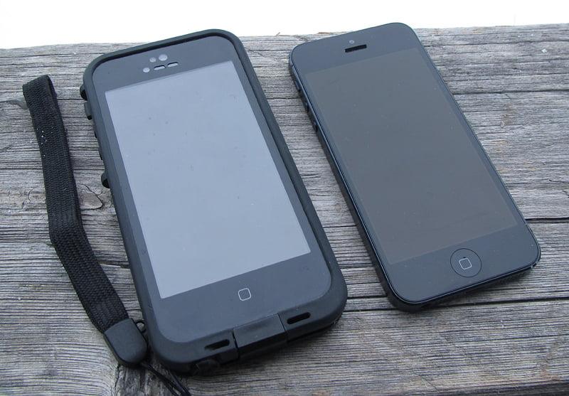 En telefon med och en utan fodral.
