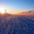 Solnedgång över spår och fjäll, mysigt