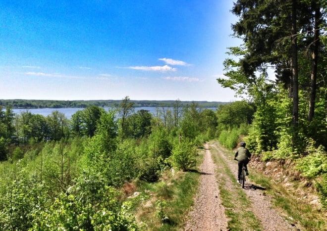 På skogscykel ned från Hallandsåsen mot Västersjön