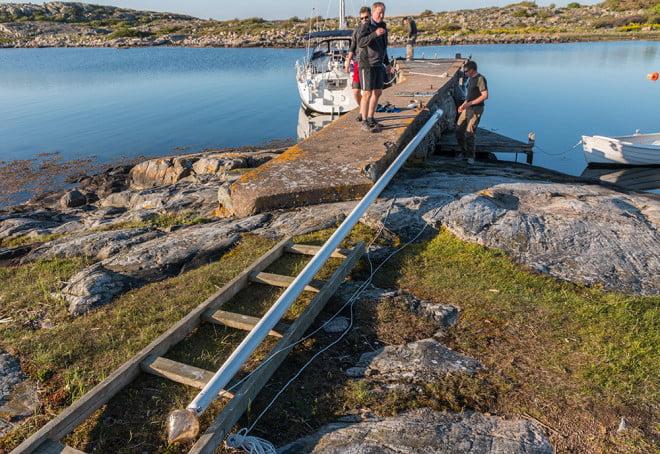 Ny lina på flaggstången vid Hultet och besök av finfin segelbåt