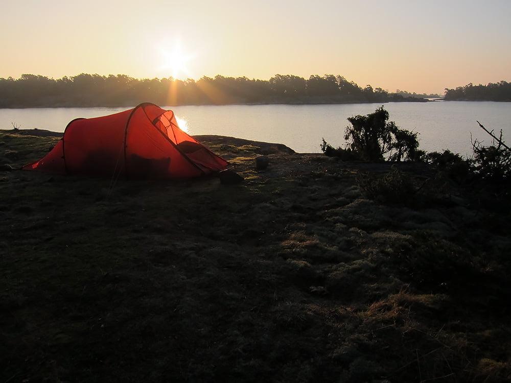 Soluppgång över Hilleberg Nallo på östra delen av Lilla Brändö. Sundet mellan Nötgårdsö och Skriö syns i bakgrunden