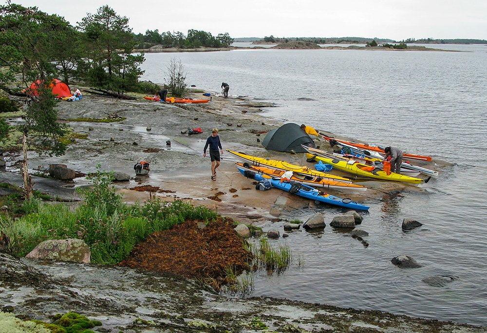 Kajakparkering och del av läger på Stora Vippholmen