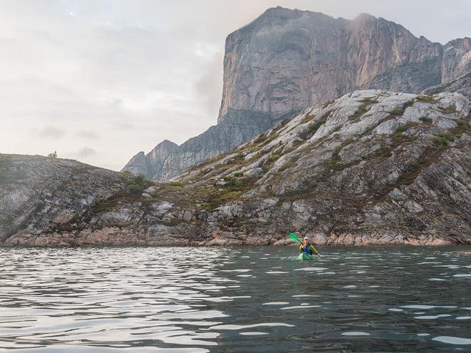 Pia framför Rødøy, bara lite skyar runt toppen