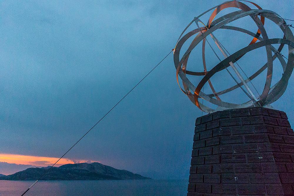 Polarcirkelmärket upplyst