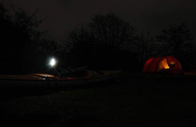 En lanterna syns på långt avstånd när det är mörkt