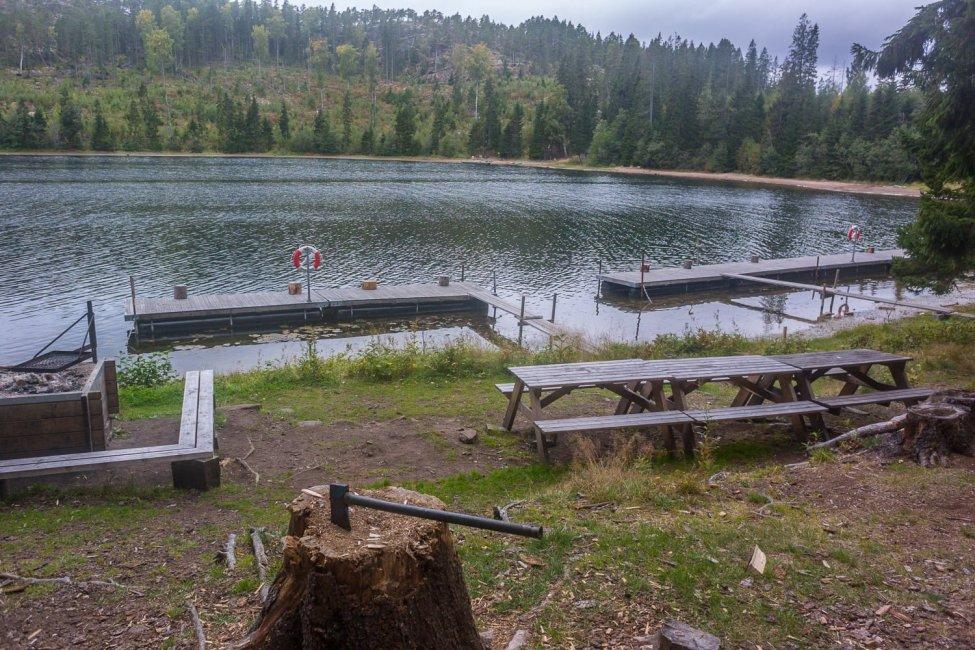 Välutrustad plats på Mjältön med bryggor, bastu, rinnande vatten m.m. Säkert välbesökt sommartid men platsen i sydänden var klart finare
