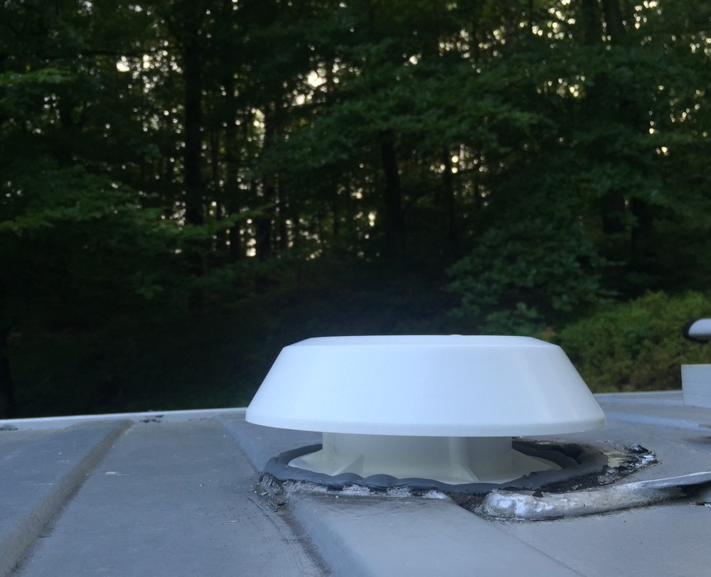 Nya ventilen på utsidan. Grå butylmassa istället för svart dito
