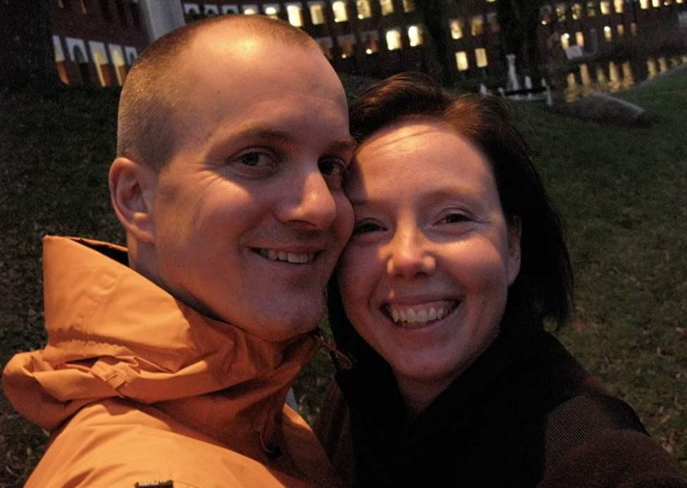 Vigselfoto under en gatlykta utanför Ängelholms stadshus 2008. Inget fånigt tillrättalagt bröllopsfoto. Kan själv, keep it simple :)