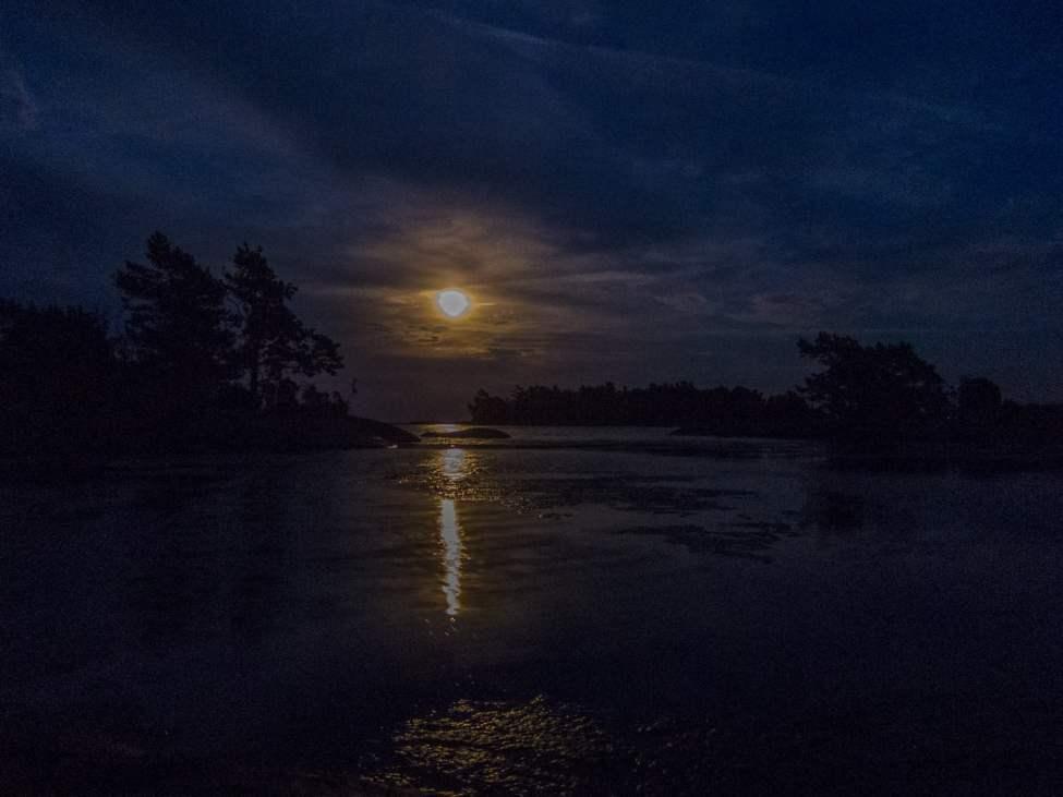 Månen visade sig lite efter kvällsdoppet